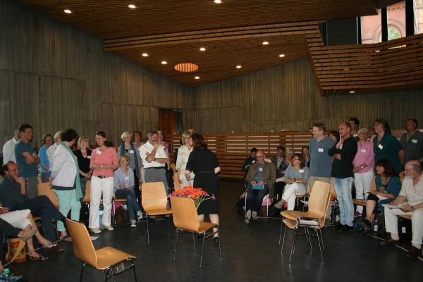 Die ersten psychodramatischen Übungen während des Eröffnungsvortrags von Renate Ritter. Hamburg, 5. Juni 2015